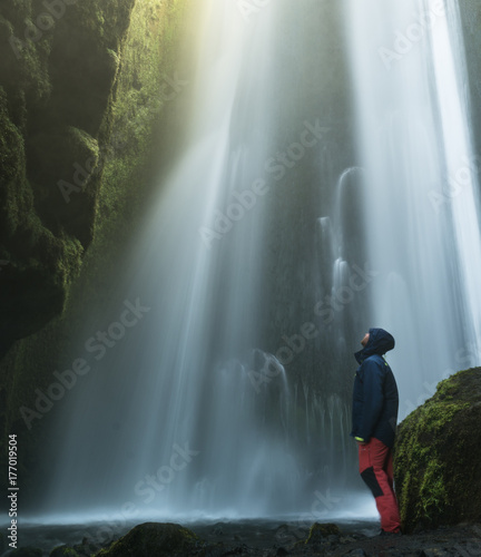 Hombre mirando la cascada de Gljufrabui  en Islandia Wall mural