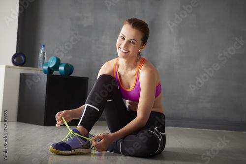 Plakat Kobieta relaksuje przy gym