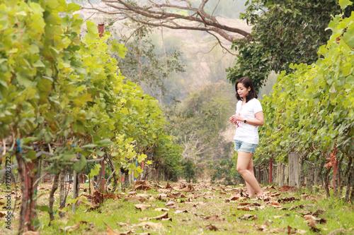 Fototapeta Piękna młodej kobiety pozycja w lesie