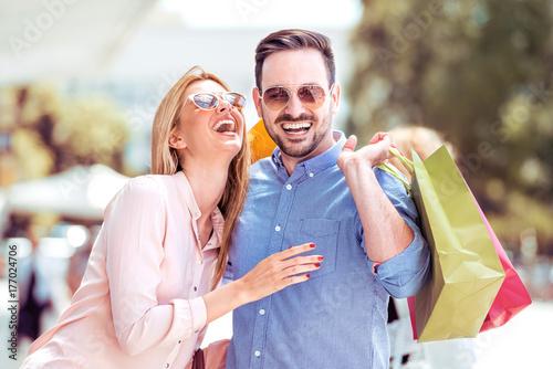 Fototapeta Szczęśliwa para na zakupy.