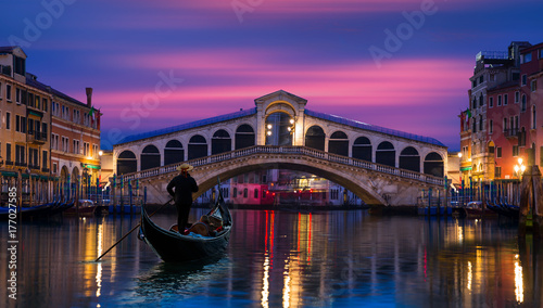 Photo Stands Venice Gondola near Rialto Bridge in Venice, Italy