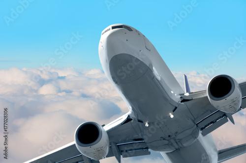 Plakat Samolot pasażerski w chmurach. podróż samolotem