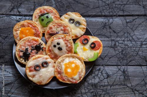 Plakat Mini pizze udekorowane na Halloween