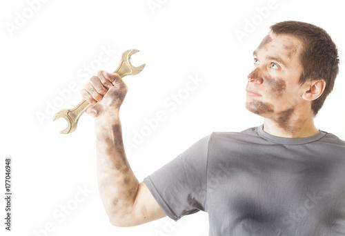 Zdjęcie XXL brudny mechanik mężczyzna trzyma klucz narzędzie do naprawy