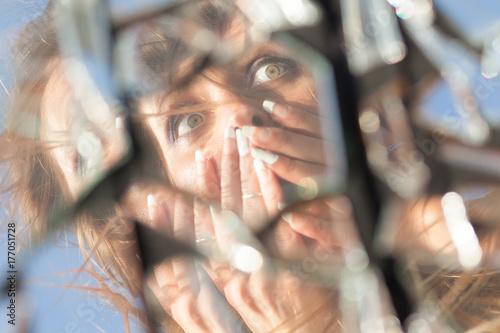 Fotografía  woman reflection in broken mirror