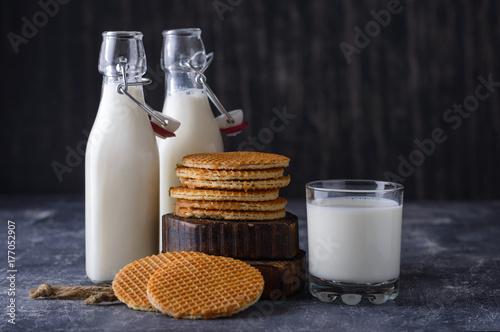 Fototapeta Szkło, dwie butelki mleka i ciasteczka z dżemem