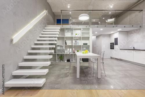 Fototapeta Apartament z białymi schodami
