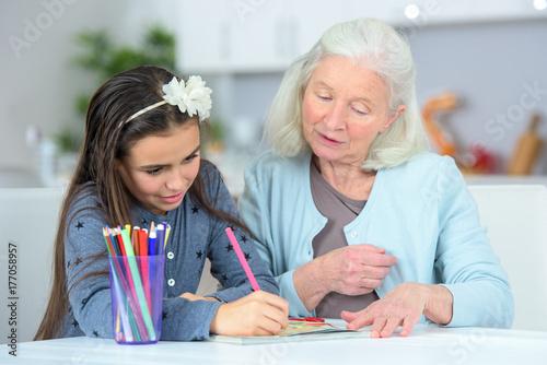 Plakat wnuk rysunek w domu z babcią