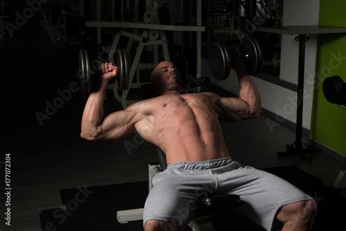 Plakat Człowiek z hantlami ćwiczeń klatki piersiowej