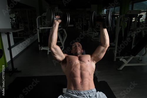 Plakat Ćwiczenia w klatce piersiowej w siłowni