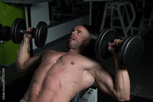 Plakat Chest ćwiczenia z hantlami w siłowni