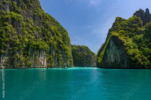Plakat Piękny kryształ - jasna woda przy Pileh zatoką przy Phi Phi wyspą blisko Phuket, Tajlandia