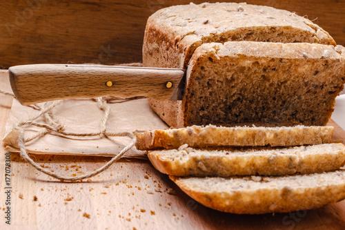 Plakat Krojenie całego chleba pszenicy na pokładzie rozbioru