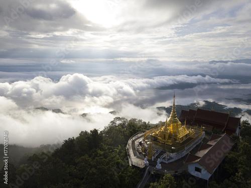 Plakat Widok z lotu ptaka Wat Pha Który Doi Kheng na ranku w Chiangmai, Tajlandia.