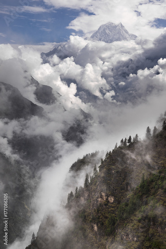 Papiers peints Xian Nilgiri mountain peak and cloudy Himalayas