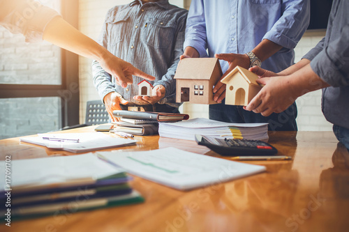 Fotografia  Business meetings of real estate brokers and company presidents to select a model to build a housing estate in writing and presenting to state organizations