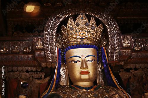 Zdjęcie XXL Buddyjskie posągi w świątyni tuibet