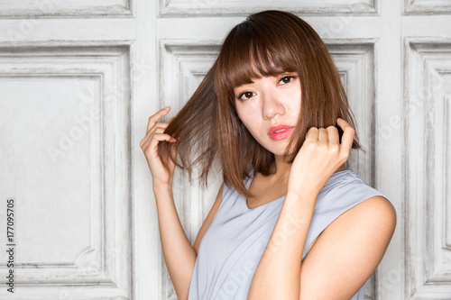 Fotobehang Kapsalon 髪をさわる女性