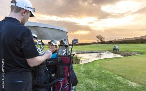 Plakat Para golfa na zielono