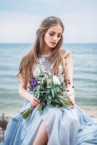 Plakat para zakochanych obchodzi ślub na Oceanie