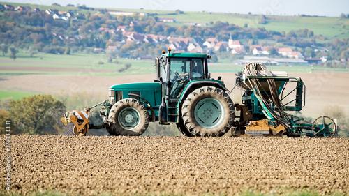 Zdjęcie XXL ciągnik i maszyna rolnicza w akcji na ziemi