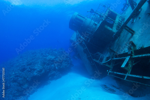 In de dag Schipbreuk The wreck of the USS Kittiwake has been toppled over by the recent hurricane Nate. The popular dive and snorkel attraction now lies on its side