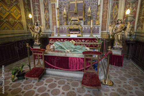 Photo A statue of Saint Cecilia inside Albi Cathedral, France