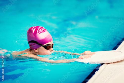 Zdjęcie XXL Mała dziewczynka w szkoleniu pływackim