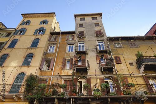 Papiers peints Les vieux bâtiments abandonnés House façade at Piazza delle Erbe, Verona, Veneto, Italy, Europe
