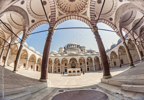 Cuadros en Lienzo Wide angle fisheye exterior shot of an inner court yard of the biggest Suleymani