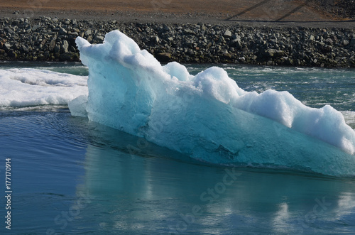 Plakat Widok z boku oszałamiające Iceberg w lagunie
