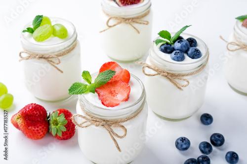 Zdjęcie XXL Świeży jogurt z jagodami w szklanych słojach. Nabiał. Zdrowa żywność, diety i koncepcja śniadanie. Ścieśniać
