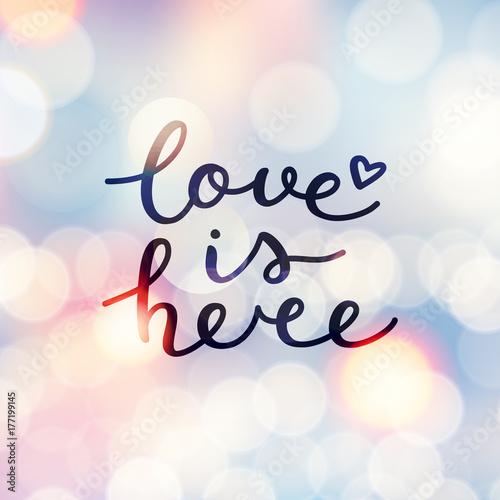 Plakat miłość jest tutaj napis, wektor odręcznie tekst na niewyraźne światła