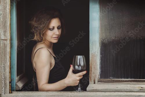 Fotografía  mujer bonita con una copa de vino