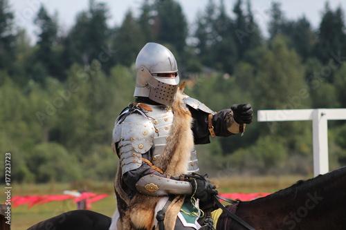 Plakat Rycerze medievilów przygotowują się do bitwy