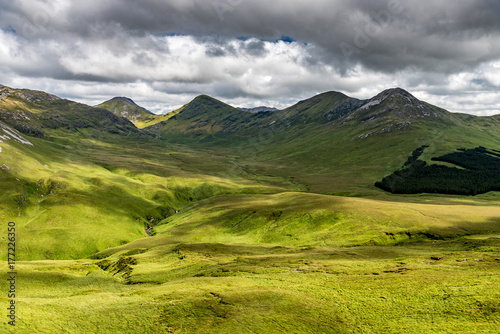 Plakat Widok zielona dolina w Irlandia Connemara parku narodowym z Dwoma szczytami w tle