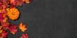 canvas print picture - Herbstlaub mit Kürbis auf einem dunklen Hintergrund