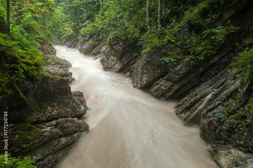 Plakat Rzeka Rettenbach po ulewnych deszczach latem