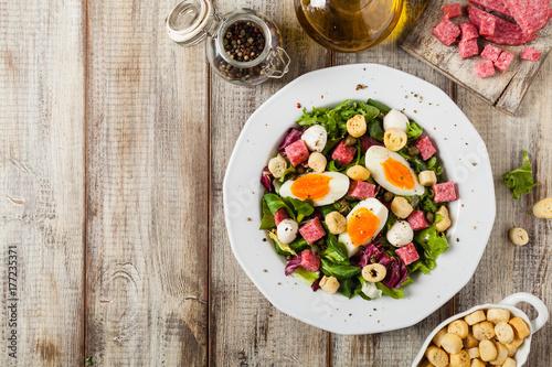 Zdjęcie XXL Wyśmienita włoska sałatka z salami, jajkiem, crostini i mozzarellą.