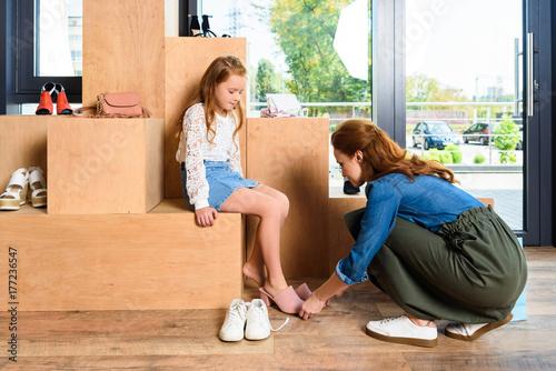 Plakat matka i córka w sklepie obuwniczym