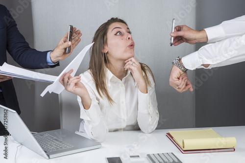 Fotografia  Segretaria si distrae durante lo stressante lavoro d' ufficio
