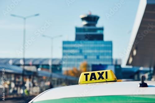 Plakat Samochód taxi na ulicy