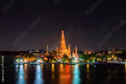 Zdjęcie XXL Arun świątynia, sławna atrakcja turystyczna w nighttime, Bangkok Tajlandia (Wat Arun).
