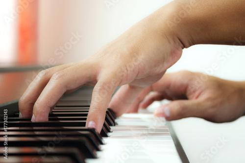 Fototapeta Człowiek ręce gry na fortepianie. Widok z boku. Tło muzyczne i artystyczne.