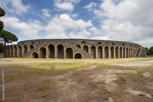 Photo The amphitheatre in the archaeological site of Pompeii, a city destroyed by the