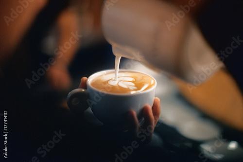Fotografering  Cappuccino con disegno, schiuma o latte art con foglia
