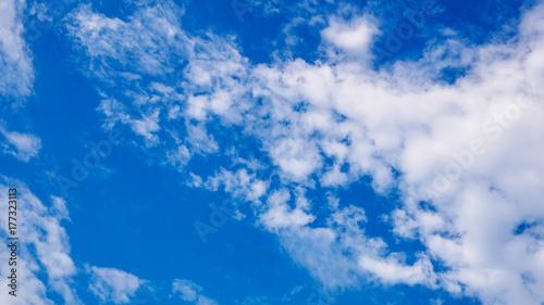 Obraz na płótnie Piękny chmurny niebieskie niebo podczas dnia w lecie