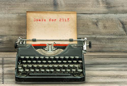In de dag Retro Antique typewriter paper Goals for 2018 Business concept