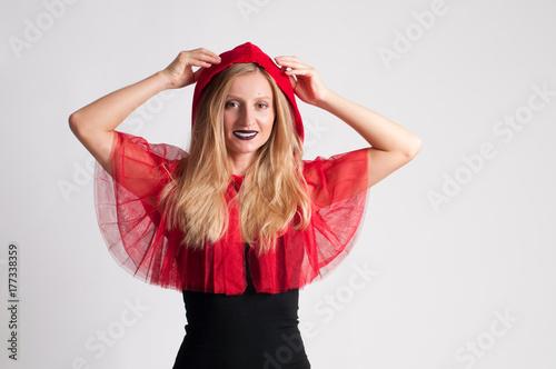 Zdjęcie XXL Piękna kobieta w stroju halloween Czerwony kapturek