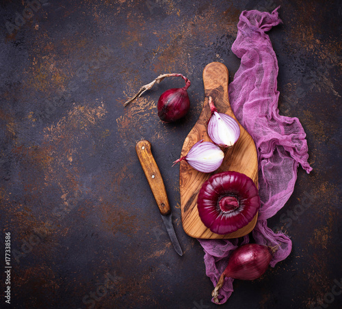 Foto Red onion on old rusty background.